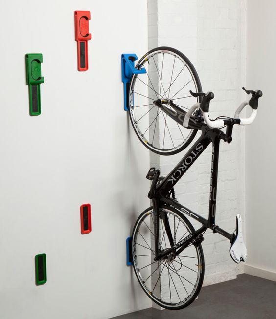 велосипед крепится к стене крюками