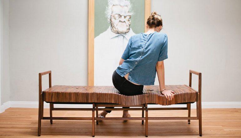 скамейка подстраивается под сидящего