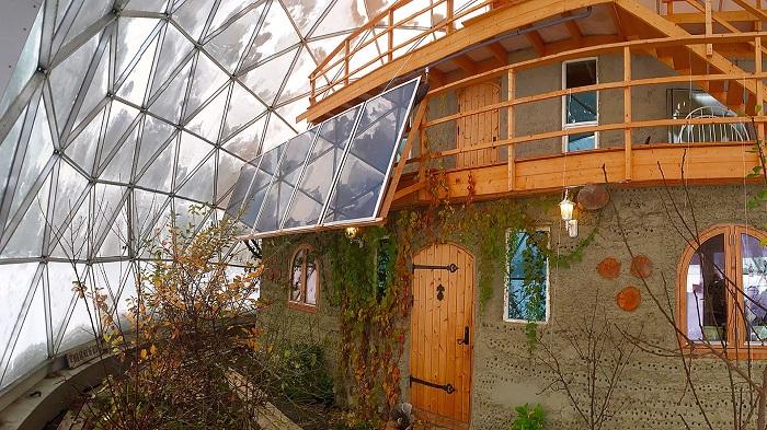 дом под геодезическим куполом