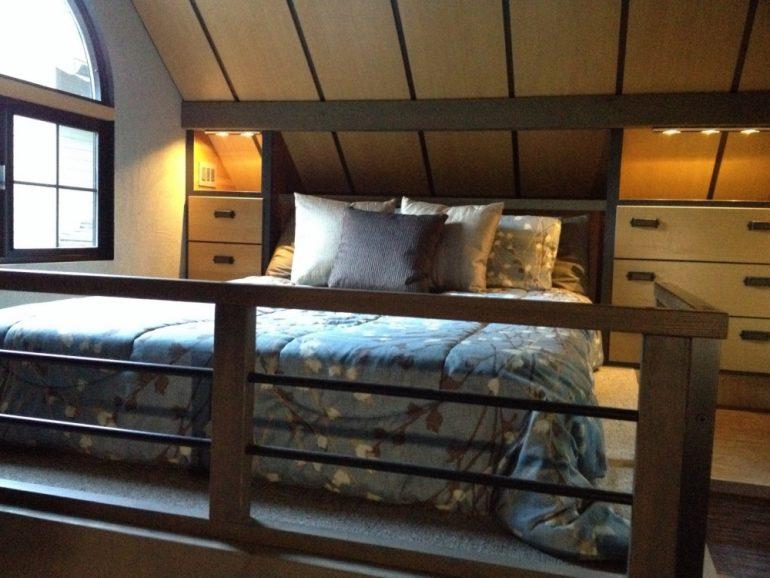 спальня домика Криса Хэйнинга площадью 18 м2