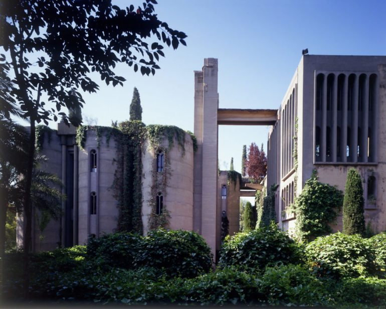 Фасад дома - цементный завод в Барселоне архитектор Рикардо Бофилл