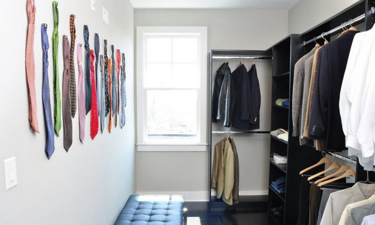 мужская гардеробная комната с галстуками на стене