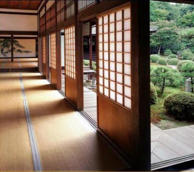 перегородки с окнами из рисовой бумаги в японском доме
